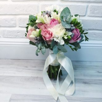 Букет невесты из розовых роз и гвоздик «Любовь и нежность»