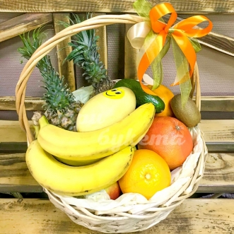 Корзинка с ананасами и бананами