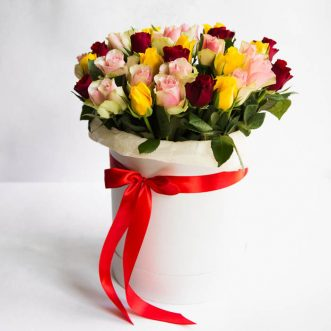 Разноцветные розы в коробке