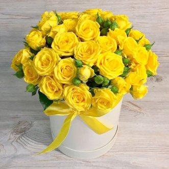 15 кустовых желтых роз в коробке