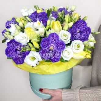 Орхидеи и эустомы в коробке