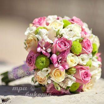 Розовый букет невесты из роз и альстромерий